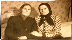 На фото слева направо: Анастасия Антипова (дев. Целовальникова) и ее сестра Татьяна, 1933 г. Фото из архива Елены Наговициной.