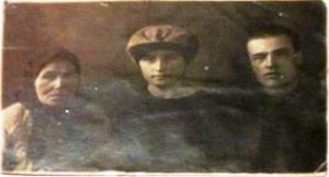 На фото слева направо: Мария Целовальникова, ее дочь Татьяна, 1-я четверть 20 в. Фото из архива Елены Наговициной.