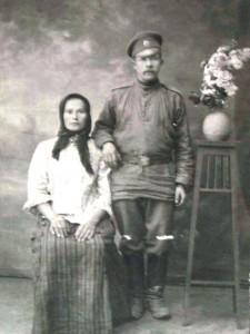 На фото слева направо: Анастасия Антипова (дев. Целовальникова), ее муж Алексей Антипов, 1-я четверть 20 в. Фото из архива Елены Наговициной.